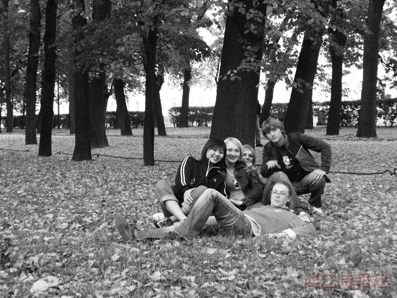 成旻芸與同學徜徉在聖彼得堡的「夏日花園」