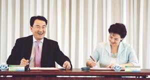 校長張家宜(右)與Sybase公司總經理,本校電算系校友陳敏智代表雙方簽約。(攝影�陳振堂)