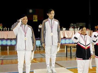 水環四謝怡君(中)和戰略所二余孟樺(左)參加大專院校擊劍錦標賽,分獲女子鈍劍冠亞軍。(圖/西洋劍社提供)