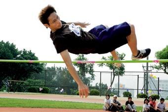 16.跳高選手康清順努力想刷新紀錄。