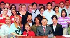 國際事務副校長戴萬欽(前排右三)在外國學生新生說明會後,與來自世界各地的學生開心合影。