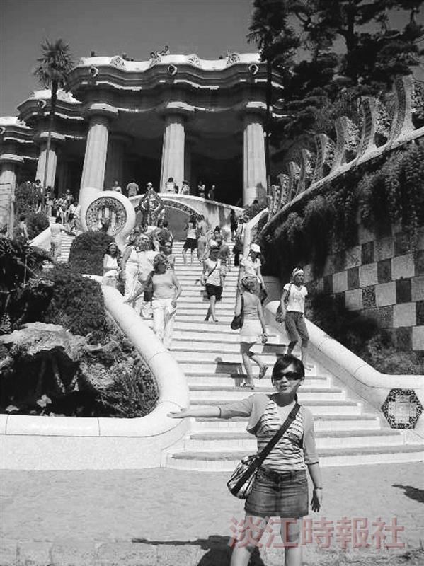 鍾郁婷在德國留學,遊覽歐洲勝景,圖為西班牙建築大師高第的作品「奎爾公園」