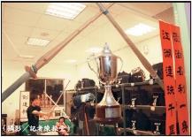 劍道社把木劍擺設在窗上,充分表現社團特色,贏在「劍魂」!