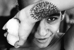 陳振堂以視線相連的效果,讓外籍生Adriana手上的刺青與眼睛相呼應,突顯她的眼神。(攝影�陳振堂)