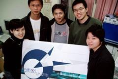 獲獎者蔡鈞華(右2)等人設計了獨特的形象標誌,在展場吸引眾人目光。