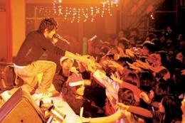 「雪•童話」耶趴邀請藝人曹格蒞校表演,現場同學high翻天,搶著與他握手。(圖�邱湘媛)
