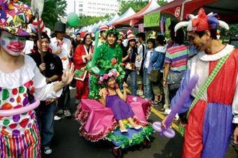 8.同學們打扮成童話人物遊行,現場歡樂無限。
