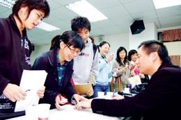 王丹蒞校演講,同學排隊索取簽名。(陳振堂)