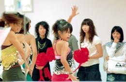 體育館社團辦公室開幕茶會,體適能有氧舞蹈社舞熱新家氣氛。(圖�陳振堂)