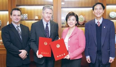 海外留學基金會(SAF,The Study Abroad Foundation)董事長Prof. John Belcher(左二)及台灣區主任Mr. DYLAN POWELL(左一)在學術副校長馮朝剛(右)的陪同下,與校長張家宜簽訂合作備忘錄。(攝影�馮文星)