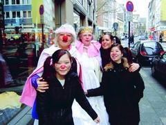 姜憶萱(左前一)於德國參加科隆嘉年華會時,與朋友和路人合照。