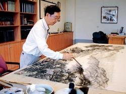 蘭陽校園駐校藝術家周澄正為校慶「蘭陽之美」藝術展創作。(圖�蘭陽校園提供)