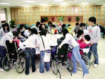 炬光社前往台北縣八里愛心教養院服務,與院童親密互動,進行各種創意活動。(圖/炬光社提供)