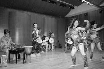 「西非部落」樂團身著西非傳統服飾,在舞台上熱情地載歌載舞,奔騰的鼓聲,震撼人心。(記者郭展宏攝)