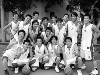 陸研所男生們在賽前努力練習,讓他們默契十足,獲得新生盃男籃賽冠軍,寫下13年來第一次研究生稱王的紀錄。(陸研所提供)