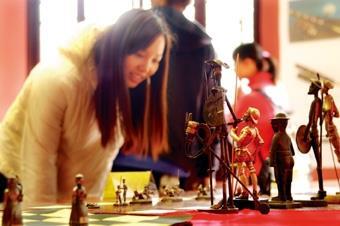 西語系上週舉辦唐吉訶德400歲慶祝活動,展出多樣與書中角色相關的紀念品和西班牙文物。(攝影/記者陳振堂)