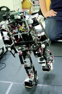 電機系機器人足球系統實驗室所研發的人型機器人,至今已進入第三代,可以像人類一樣以雙腳行走,是現場比賽中唯一沒有摔跤跌倒的。(記者邱湘媛攝影)