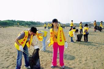 兩百多位師生前往沙崙海水浴場淨灘,還給淡水鎮民美麗的沙灘。(圖/記者郭展宏)