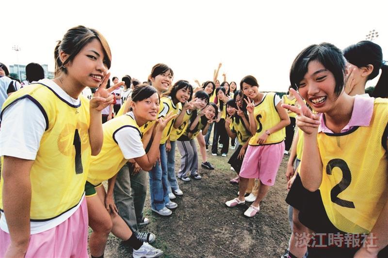 女子大隊接力賽,選手開開心心來參加。