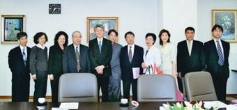 由行政副校長高柏園(左五)率領的行政訪問團,前往日本中央學院大學訪問,該校校長大久保皓生(左四)親自接待。