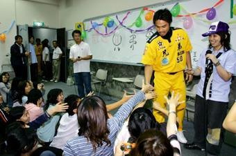 上週三兄弟象彭政閔、陳致遠、馮勝賢一進V101會場,擠到沒椅子、坐到地板上的同學,都紛紛伸手搶著和他握手,距離太遠的就拿照相機猛拍(郭展宏攝)