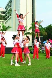 7.啦啦隊表演高難度動作,熱情有勁。