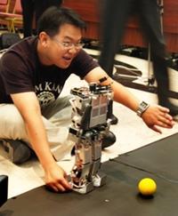 機器人足球系統實驗室所研發的人形機器人足下功夫了得。(本報資料照片�陳振堂)