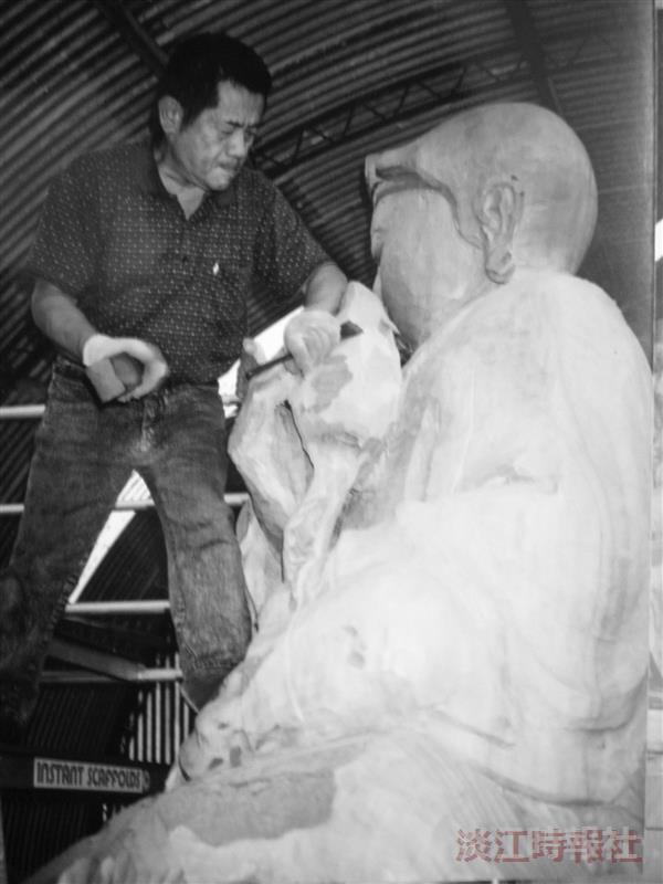 把台灣木雕藝術推向國際舞台 吳榮賜巧手 紐國萬年神木立地成佛
