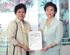 畫家程梅香(左)捐贈畫作,校長頒贈感謝狀。