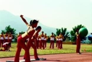 大會舞表演,本校同學秀出姣好的身材。