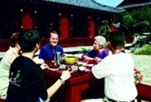 來校參加未來學研討會的學者於覺軒花園品茗。