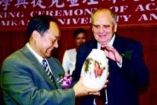 校長致贈「龍馬精神」瓷瓶給今年校慶簽約的姊妹校捷克查理斯大學副校長。