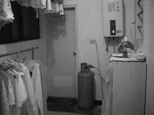 瓦斯桶和熱水器同置於室內,萬一使用不慎,後果堪慮。(軍訓室提供)