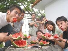 童軍團黑馬小隊團員,用頭撞開西瓜後,開心分享撞得四分五裂的西瓜。(攝影�邱啟原)