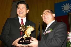 1.創辦人張建邦博士(圖右)在校慶大會上,頒發金鷹獎給連科企業集團總裁曹英偉校友。