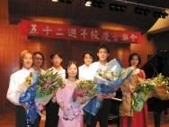 李珮瑜老師(右一)帶領鋼琴社同學,在文錙音樂廳演出獲滿堂彩。(記者曾暉雯攝影)