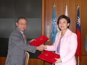 2.校長張家宜與日本長崎大學校長齋藤寬簽署姊妹校學術交流協議書。