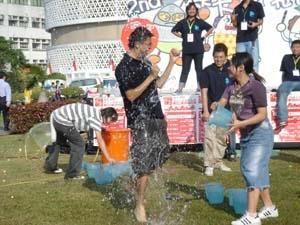 9.蛋捲節趣味活動之一「濕濕樂」,輸的同學被水淋得滿身,卻高興得不得了。