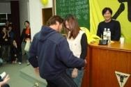 遊戲時間,陳致遠(右三)將本校女同學當成鋼管,圍著她大跳艷舞,將彭政閔(右一)及現場同學逗得開懷大笑。(記者練建昕�攝影)