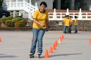 16.溜冰表演中,同學需穿越許多腳標,考驗靈活度。