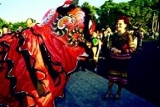 董事長張姜文錙女士欣賞舞獅表演,並致贈紅包嘉勉。