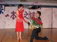 系校友李姿欣的手說:「嫁給我吧!」姿欣含著眼淚答應了。(攝影/郭展宏)
