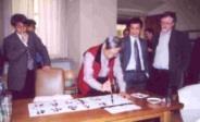 中文系教授曾昭旭(前)於參加漢學研討會時,當眾揮毫,展現中華文化之美。(中文系提供)