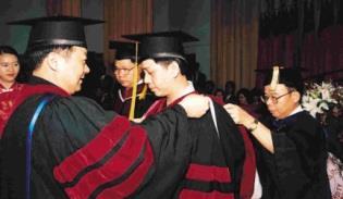 校長及院長一一為博士畢業生整理帔巾、移帽穗,頒授學位。(記者陳震霆攝)