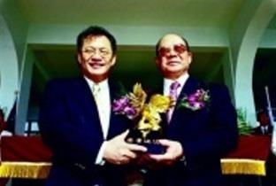 創辦人頒發金鷹獎給淡江菁英釱微軟大中華區總裁黃存義校友。
