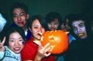 英語會話社同學在萬聖節辦Gost Party,同學們全以鬼怪扮相出場,抱著南瓜又笑又鬧。(英會社提供)