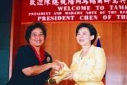 行政副校長張家宜代表致贈諾特總統夫人(左)紀念品。(記者陳震霆、張佳萱攝影)