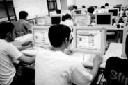 拜資訊發達之賜,成立網路讀書會,上網討論課業,已然形成一股新趨勢。(攝影\賴映秀)
