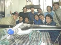 航太系同學前往成大參加2004大專無人遙控飛機設計賽,獲得最佳製造獎。(航太系提供)
