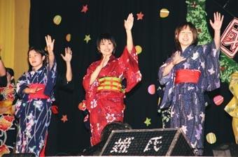 麗澤之夜中,來自日本的交換生身著和服,搭配著日本傳統太鼓的「盂蘭盆舞踏」,讓人彷彿置身在日本傳統節慶的慶典會場。(記者詹芳豪攝影)